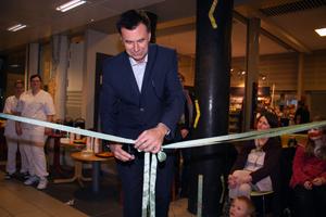 Direktør ved Sørlandet sykehus åpner de nye ventearealene ved Radiologisk avdeling. KIA prosjektet avsluttes med denne åpningen