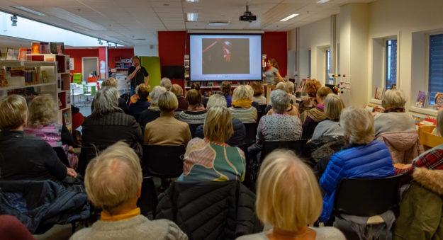 Presenterte boken «Like utenfor» på Torsdagskringla, Vågsbygd bibliotek
